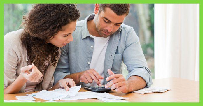 homem-e-mulher-mexendo-na-calculadora-papeis-na-mesa-planejamento-financeiro