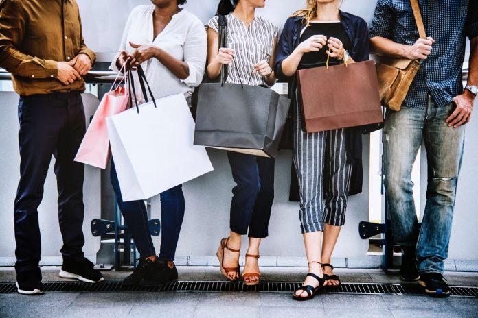 pessoas-com-sacolas-nas-maos-compulsao-por-compras