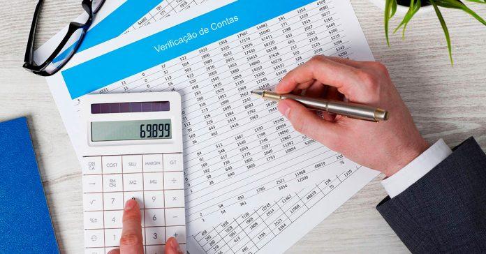 calculadora-mao-segurando-caneta-papeis-com-numeros-negocie-com-o-fgts