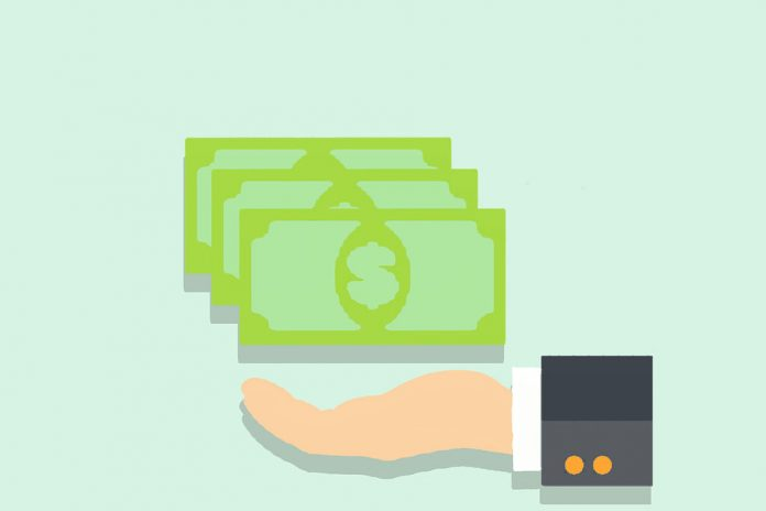 adiantamento-do-decimo-terceiro-mao-segurando-dinheiro