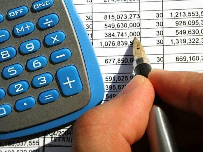 calculadora-mao-segurando-caneta-planilha-com-numeros-negociar-dividas