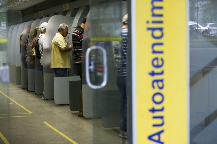 Agencia-Banco-do-Brasil_pessoa_no_caixa_negativacao