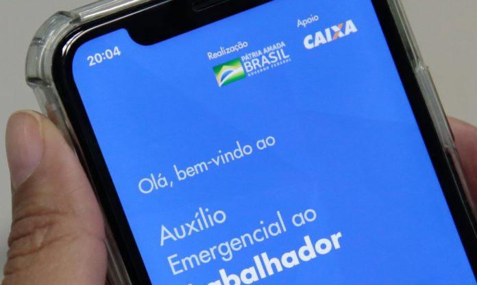 auxilio-emergencial-aplicativo-caixa-celular-na-mao