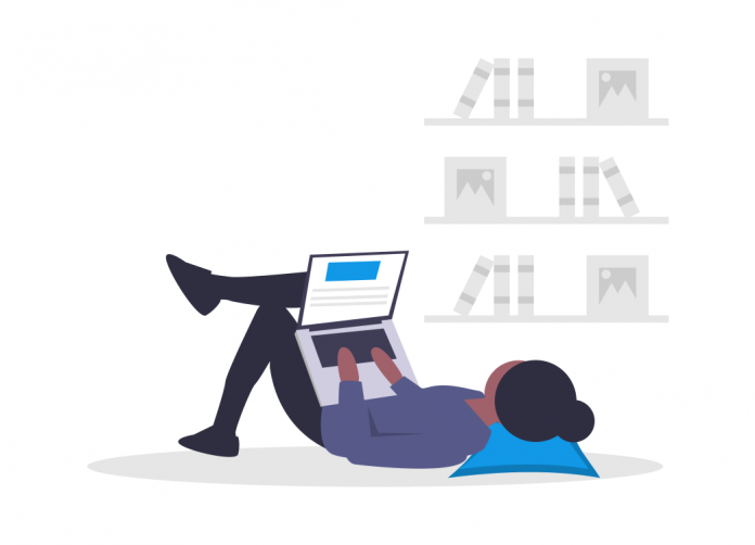 mulher-mexendo-no-computador-fazendo-cursos-online-gratuitos