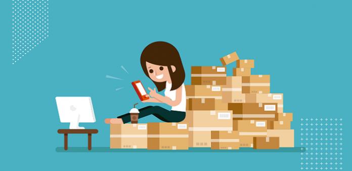 menina-mexendo-no-celular-sentada-nas-caixas-utilizando-ferramentas-digitais-para-vender-online