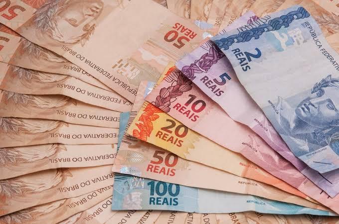 notas-de-diversos-valores-espalhadas-para-pagamento-coronavoucher