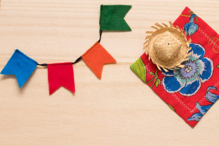 festa-junina-chapeu-de-plha-bandeiras-coloridas